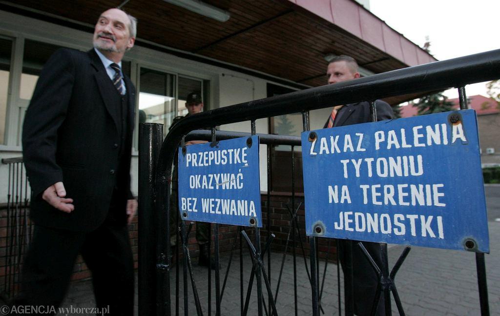 Warszawa, 2006 rok; Antoni Macierewicz ogłasza, że likwidacja WSI została zakończona (fot. Sławomir Kamiński / Agencja Gazeta)