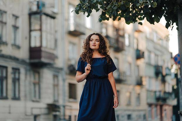 Granatowa sukienka - klasyczna propozycja na różne okazje. Ten kolor wciąż na topie