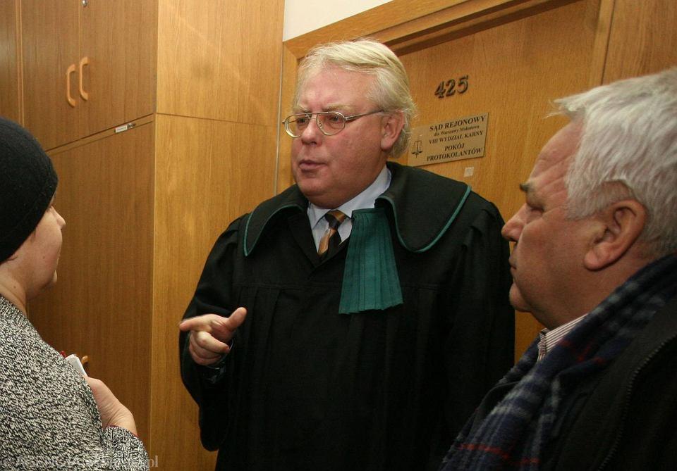 Warszawa, 27 marca 2009 r. Mecenas Andrzej Lew-Mirski (w środku) w sądzie, gdzie reprezentował Jana Kobylańskiego, polonijnego milionera antysemitę, w zaczynającym się wtedy procesie o zniesławienie, który Kobylański wytoczył 19 dziennikarzom i redaktorom