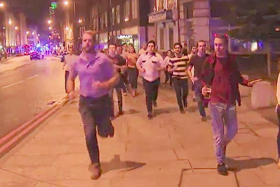 Mężczyzna z piwem ucieka z London Bridge