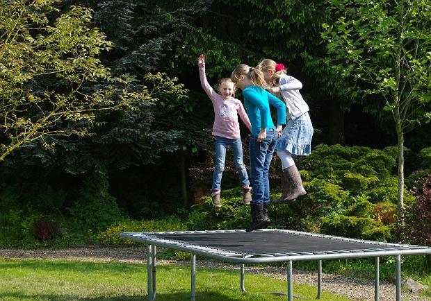 Rodzice i dzieci popełniają wiele błędów w trakcie użytkowania trampoliny, które mogą mieć poważne konsekwencje.