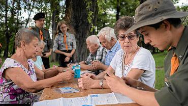 Harcerze pomagali seniorom wypełniać koperty życia