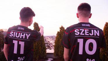 'Siuhy' i 'Szejn' w koszulkach Izako Boars