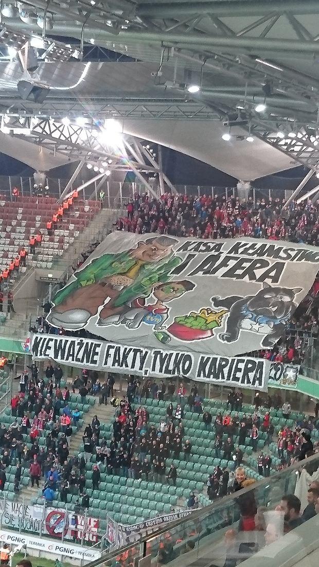 """Legia - Wisła. """"Kasa, kłamstwo i afera"""". Kibice z Krakowa odpowiedzieli oskarżeniom"""