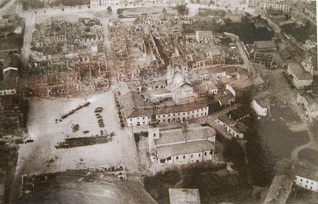 Zdjęcie lotnicze, najpewniej niemieckie, zniszczonego Wielunia