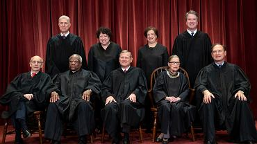 Sędziowie sądu najwyższego. Siedzą od lewej: Stephen Breyer, Clarence Thomas, John G. Roberts, Ruth Bader Ginsburg, Samuel Alito Jr. Za nimi stoją: Neil Gorsuch, Sonia Sotomayor, Elena Kagan i Brett M. Kavanaugh. Waszyngton, 30 listopada 2018 r.