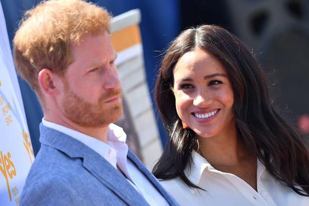 Były już książę Harry wraz z żoną, Meghan Markle, wystąpili w nowym wideo. Internauci zauważyli, że włosy wnuka królowej prezentują się bujniej niż zwykle. Czy zdecydował się na przeszczep włosów?