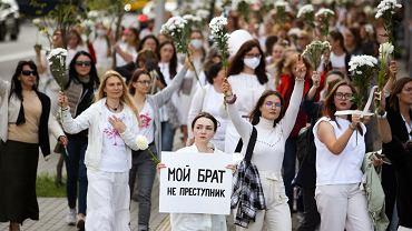 Marsz kobiet - w geście solidarności z ofiarami brutalnie pacyfikowanych protestów po sfałszowanych wyborach prezydenckich na Białorusi. Mińsk, 13 sierpnia 2020 r.