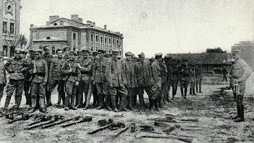 Wprowadzono nas na dziedziniec, uszeregowano w czwórki, otoczono kordonem zbrojnych (zaprzysiężonych bądź poddanych austriackich), wyprowadzono na most Poniatowskiego i Aleją Jerozolimską skierowano w stronę Dworca Głównego - notował 9 lipca 1917 r. Jan Gaździcki z 2. Pułku Ułanów Legionów, który odmówił przysięgi (na zdjęciu składa broń). [...] W kolumnie zabroniono nam śpiewać i głośno wypowiadać aktualne myśli. Jeden z podoficerów eskorty tak się przejął wydanym mu w tym kierunku rozkazem, że uzbroił się w długi kij, którym usiłował dosięgnąć najbardziej pod tym względem opornych.