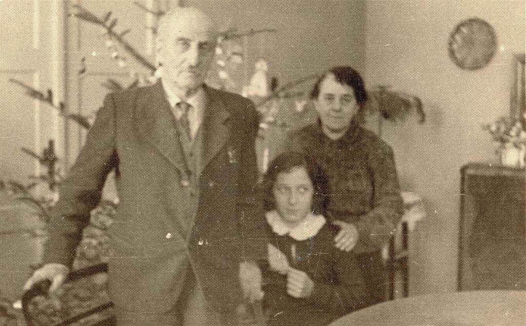 Cioteczno-wujeczne rodzeństwo Leśmiana - od lewej Kazimierz Sunderland, Krystyna Brzechwa i Celina Sunderland. Lata czterdzieste ubiegłego stulecia (fot. Archiwum Państwowe w Zamościu)