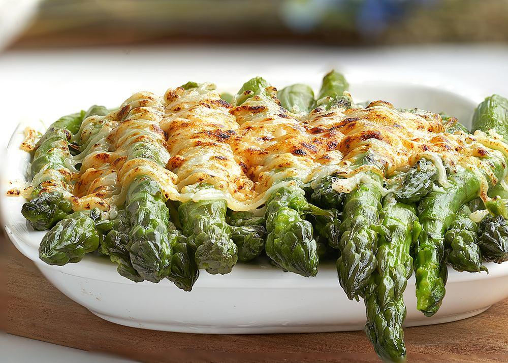 Szparagi zapiekane to proste i szybkie danie. Zdjęcie ilustracyjne