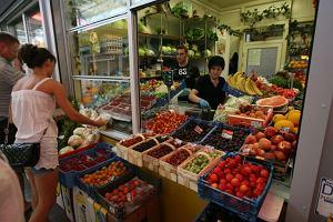 Marchewka marchewce nierówna? Sprawdzamy, gdzie kupować warzywa i owoce