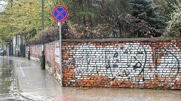 Napisy na murze przy ul. Tynieckiej i Skwerowej