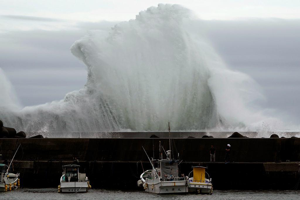 Fale uderzające o falochron, podczas gdy Tajfun Hagibis zbliża się do portu w mieście Kiho, Prefektura Mie.