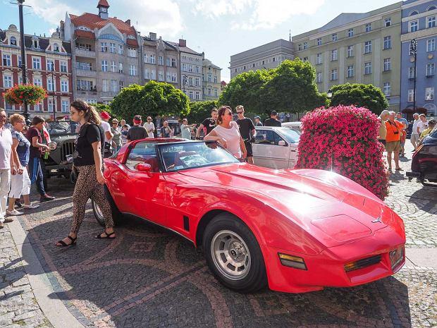 Zdjęcie numer 12 w galerii - Międzynarodowy rajd zabytkowych pojazdów na Rynku w Wałbrzychu. Było co podziwiać [ZDJĘCIA]