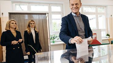 Donald Tusk z żoną i córką podczas głosowania w wyborach parlamentarnych 2019 .