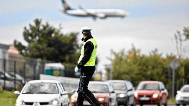Policjant prezentuje umiejętności na skrzyżowaniu w Gdańsku podczas wojewódzkich eliminacji w konkursie Policjant Ruchu Drogowego roku 2012