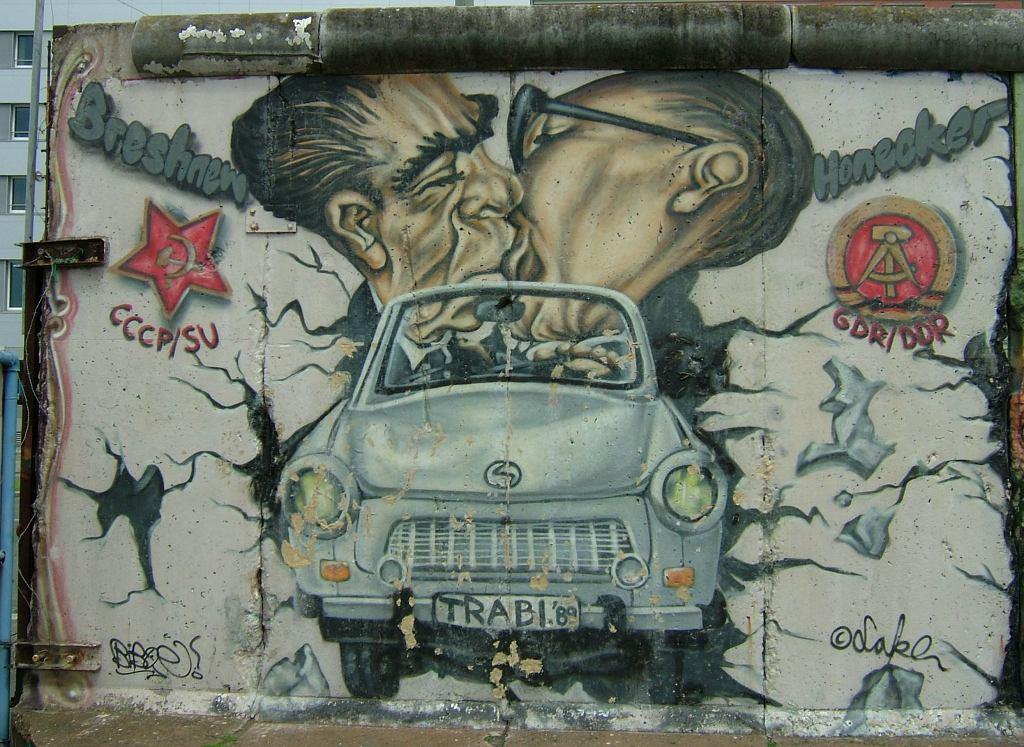 Pocałunek Breżniewa i Honeckera. Karykatura na 'East Side Gallery', 1316-metrowym odcinku muru berlińskiego