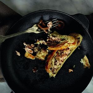 Kulebiak z kapustą, świeżymi grzybami i trocią