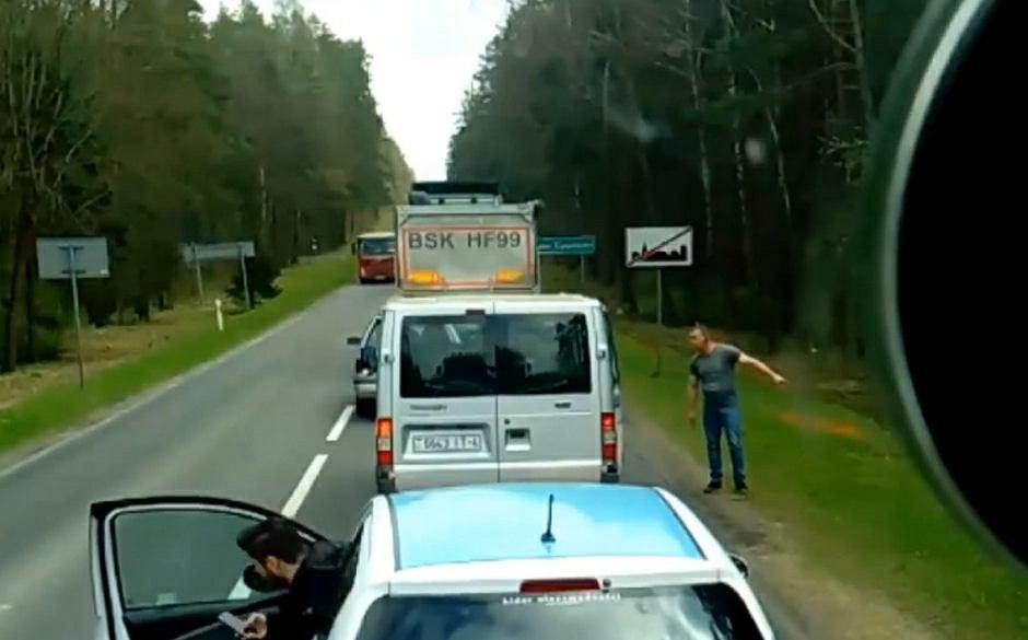Kierowca ciężarówki zwraca uwagę śmieciarzom