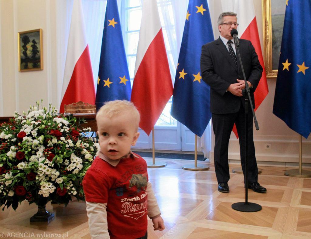 Prezydent Bronisław Komorowski podpisuje ustawę o ulgach podatkowych dla rodzin wielodzietnych