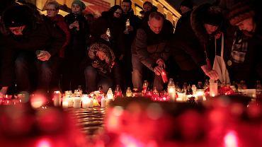 16.01.2019, Warszawa, plac Zamkowy, akcja 'Największe Serce Świata' upamiętniająca zamordowanego prezydenta Gdańska Pawła Adamowicza.
