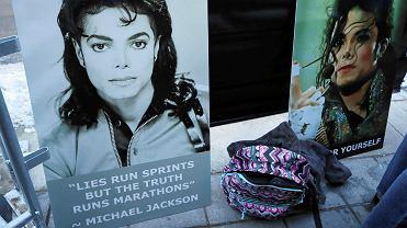 Plakaty z Michaelem Jacksonem rozstawione przez fanów muzyka podczas premiery filmu dokumentalnego 'Leaving Neverland'