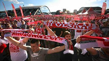 Kilka tysięcy osób oglądało pierwszy mecz reprezentacji Polski w lubelskiej strefie kibica. Pierwsi miłośnicy piłki nożnej zjawili się w strefie już o godz. 15 i wspólnie oglądali mecz grupy D Chorwacja-Turcja. Jednak prawdziwe tłumy zjawiły się tu dopiero przed godz. 18 kiedy Polska podejmowała Irlandię Północną. Lubelscy kibice ubrani w biało-czerwone barwy głośno skandowali hasła zagrzewające piłkarzy do boju: 'My chcemy gola' czy 'Polska, biało-czerwoni'. Doping przyniósł oczekiwany rezultat w 51. minucie kiedy Arkadiusz Milkik pewnym uderzeniem posłał piłkę do bramki rywali. Szaleństwu nie było końca. Naszym kibicowały całe rodziny, od najmłodszych po seniorów. Część kibiców po zakończeniu rozeszła się do domów ze śpiewem na ustach, ale najwierniejsi fani futbolu zostali w strefie kibica aby oglądać mecz naszych grupowych rywali. O godz. 21 rozpoczęło się bowiem spotkanie Niemcy- Ukraina. W czwartek czekają nas kolejne sportowe emocje. Polska zmierzy się z faworytem naszej grupy - reprezentacją Niemiec.
