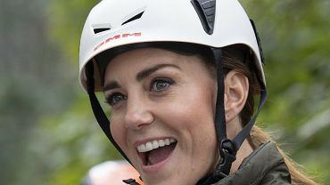 Sportowa księżna Kate na rowerze podczas wizyty w Kumbrii. Takiej jej jeszcze nie widzieliście. Zjeżdżała nawet na linie