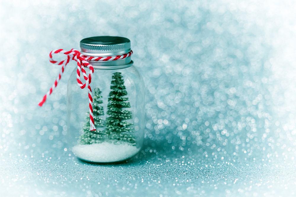 Choinka w słoiku jest świetnym pomysłem na świąteczne dekoracje DIY. Zdjęcie ilustracyjne