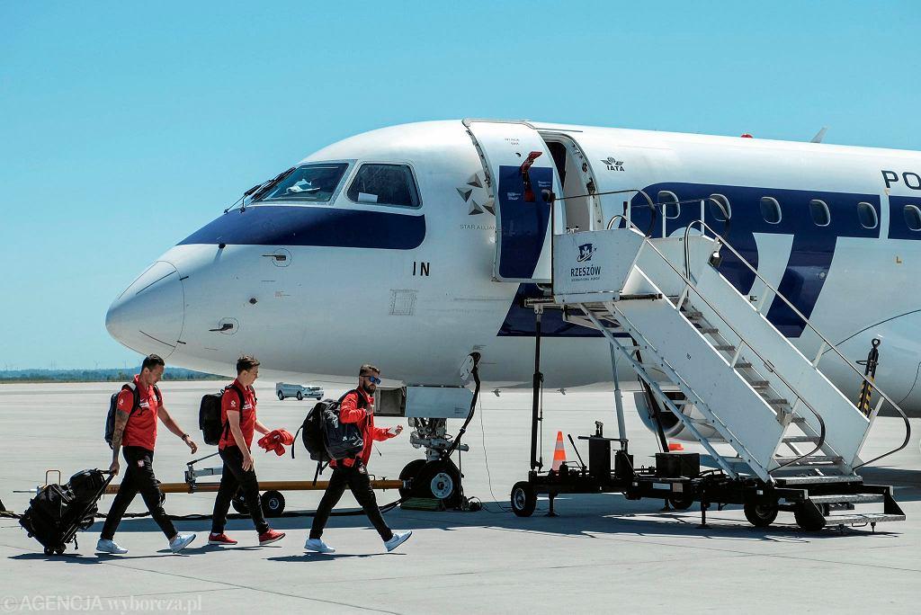 Piłkarze reprezentacji Polski w drodze do samolotu. Po zgrupowaniu w Arłamowie przygotowują się na mecz towarzyski z Chile w Poznaniu