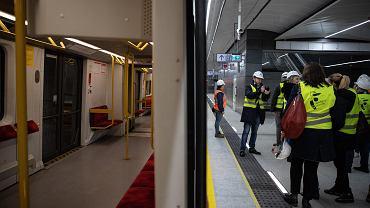 Na niemal monochromatycznej stacji Targówek Mieszkaniowy zatrzymują się na razie pociągi testowe