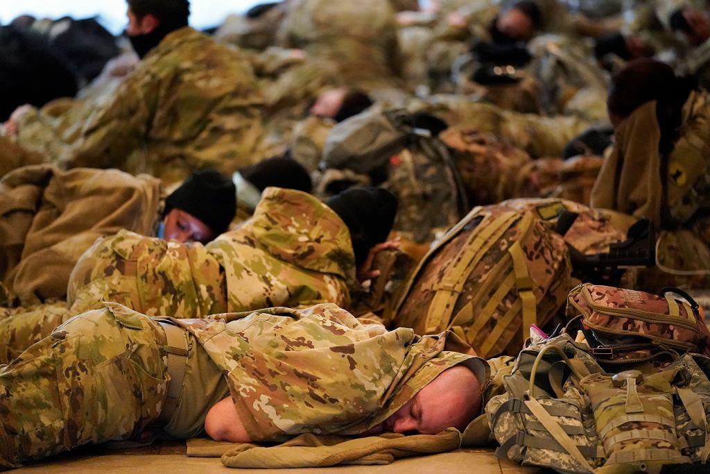 USA. Żołnierze Gwardii Narodowej śpią na terenie Kapitolu podczas Impeachmentu