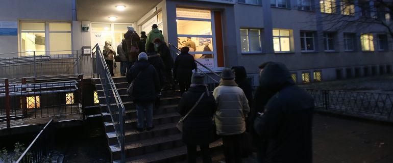 Tłumy seniorów w kolejkach do rejestracji, niektórzy odchodzili z kwitkiem