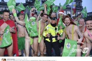 """Irlandia Płn. gra na Euro, więc przebiegł przez miasto w """"stroju Borata"""""""