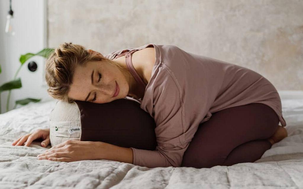 Kołdra, a także poduszka do jogi i medytacji z naturalnym wypełnieniem.