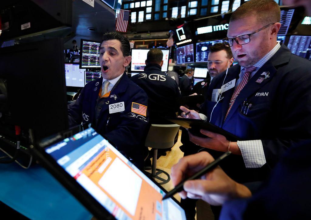 Potężne spadki na giełdach. Inwestorzy przestraszyli się koronawirusa.