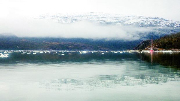 Chłodny poranek wPatagonii -  na wodzie unoszą się fragmenty pobliskiego lodowca