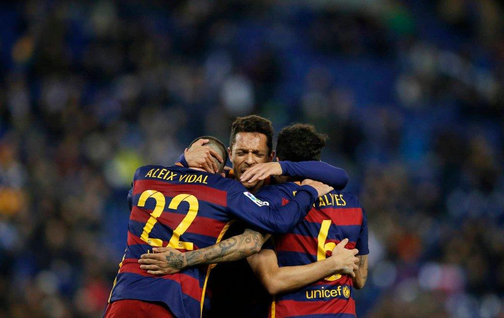 Aleix Vidal i Adriano cieszą się z Munirem, strzelcem gola