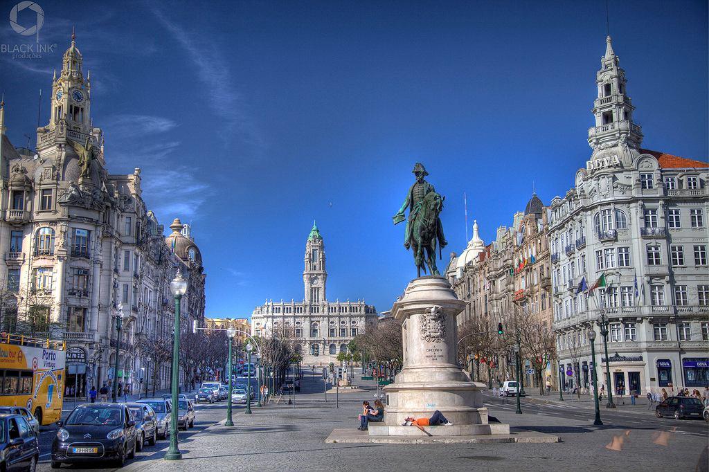 Główna ulica handlowa Porto to szeroka Avenida dos Aliados otoczona neoklasycystycznymi kamienicami, bogato zdobionymi pałacami i kościołami.