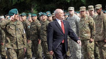 17 czerwca, Warszawa. Antoni Macierewicz podczas uroczystego zakończenia największych po 1989 r. ćwiczeń NATO Anakonda 16. Wzięło w nich udział 31 tys. żołnierzy Sojuszu