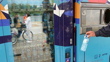 Punkt wymiany pustych butelek i puszek na wodę mineralną