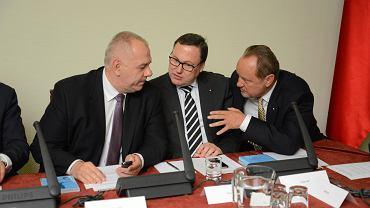 Od lewej: Jacek Sasin, Grzegorz Bierecki i Janusz Szewczak podczas debaty pt. ' Bezpieczne rozwiązanie problemu kredytów walutowych ' z udziałem przedstawicieli sektora bankowego, przedstawiciela kredytobiorców i przedstawicieli rządu, 9 czerwca 2016.