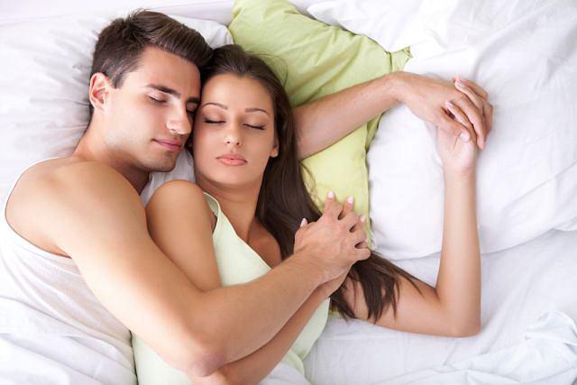 Pozycja, którą pary wybierają podczas snu, może być powiązana z relacją między partnerami - zauważają badacze