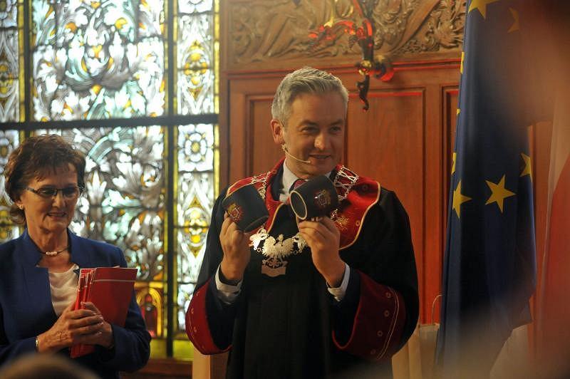 Prezydent Słupska Robert Biedroń udzielił ślubu 10 parom jednocześnie