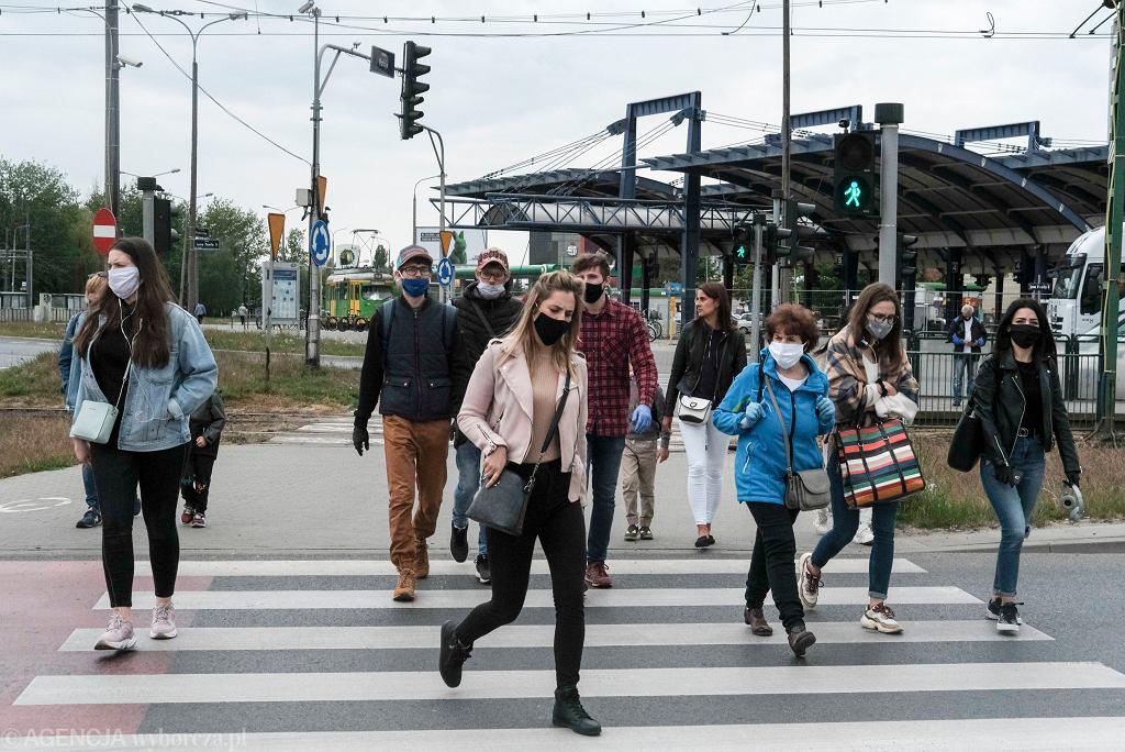 Obowiązek noszenia maseczek i zakrywania nosa oraz ust na razie obowiązuje w całym kraju