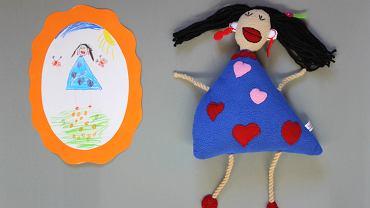 Rysunek dziecka i maskotka zrobiona na jego podstawie