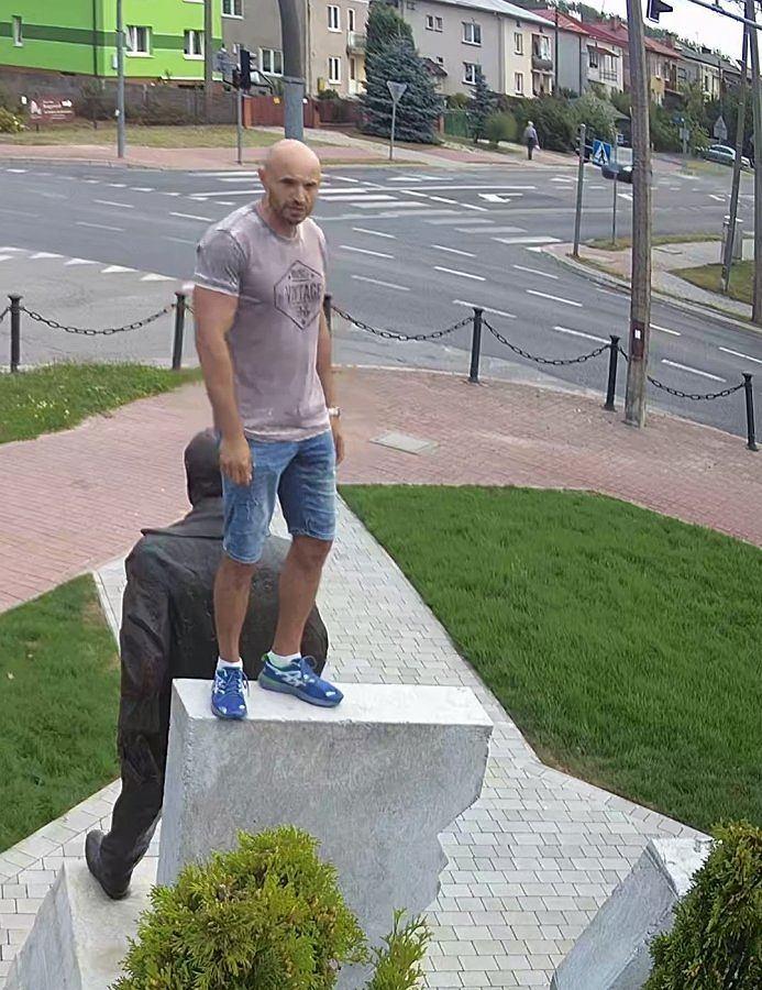 Nieznany sprawca wszedł na pomnik