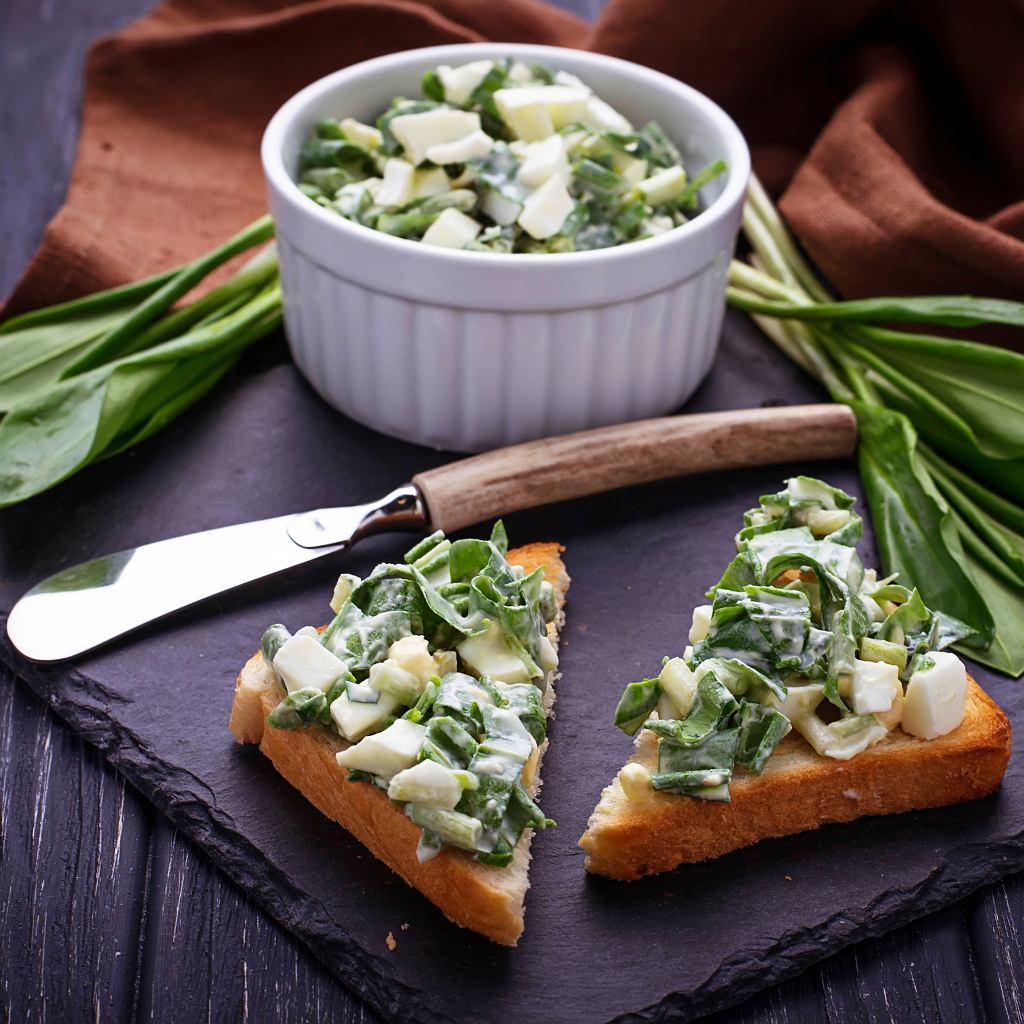 Listkami doprawia się sałatki i surówki czy pasty do kanapek