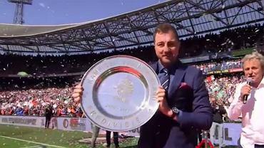 Jerzy Dudek wnosi mistrzowską paterę na stadion Feyenoordu